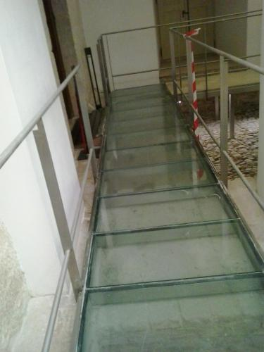 Pulido de suelo de cristal de pasarela